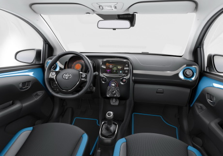 Toyota aygo 2015 nouvelle finition x cite bleu cyan for Interieur yaris 2015