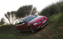 Volkswagen Golf Alltrack 2015 rouge en devers
