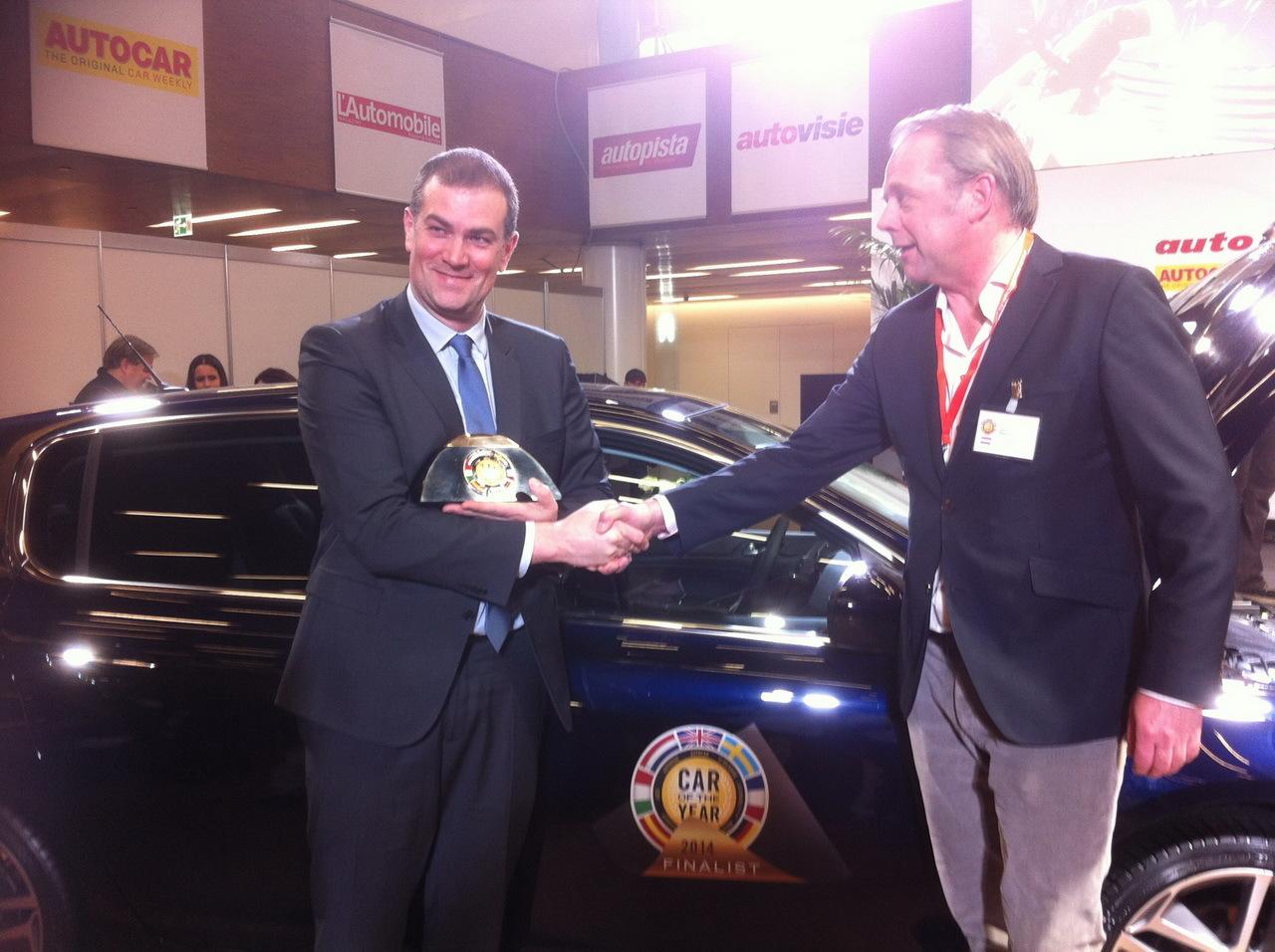 Maxime Picat, DG de Peugeot, reçoit le trophée de la Voiture de l'année 2014 pour la Peugeot 308. Salon de Genève 2014 La Peugeot 308 élue voiture de l'année 2014