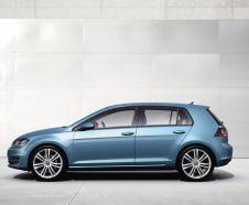 vue de profil Volkswagen Golf bleue