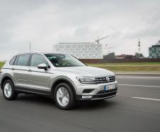 Volkswagen Tiguan 2016 gris roulant en ville vue avant droite