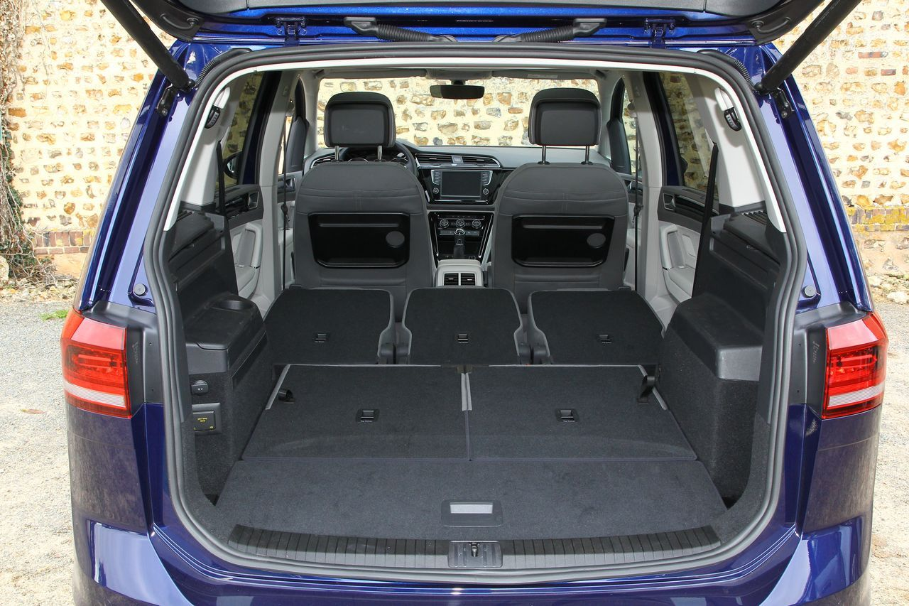 Essai comparatif le vw touran 2015 d fie le citro n for Touran interieur 7 places