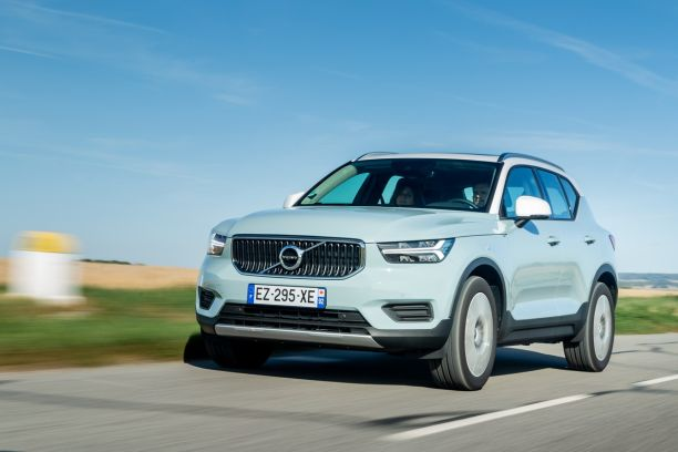 Volvo XC40 amazon blue travelling avant gauche
