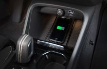 Il est possible de recharger son smartphone par induction à bord du Volvo XC40 T5 AWD R-Design