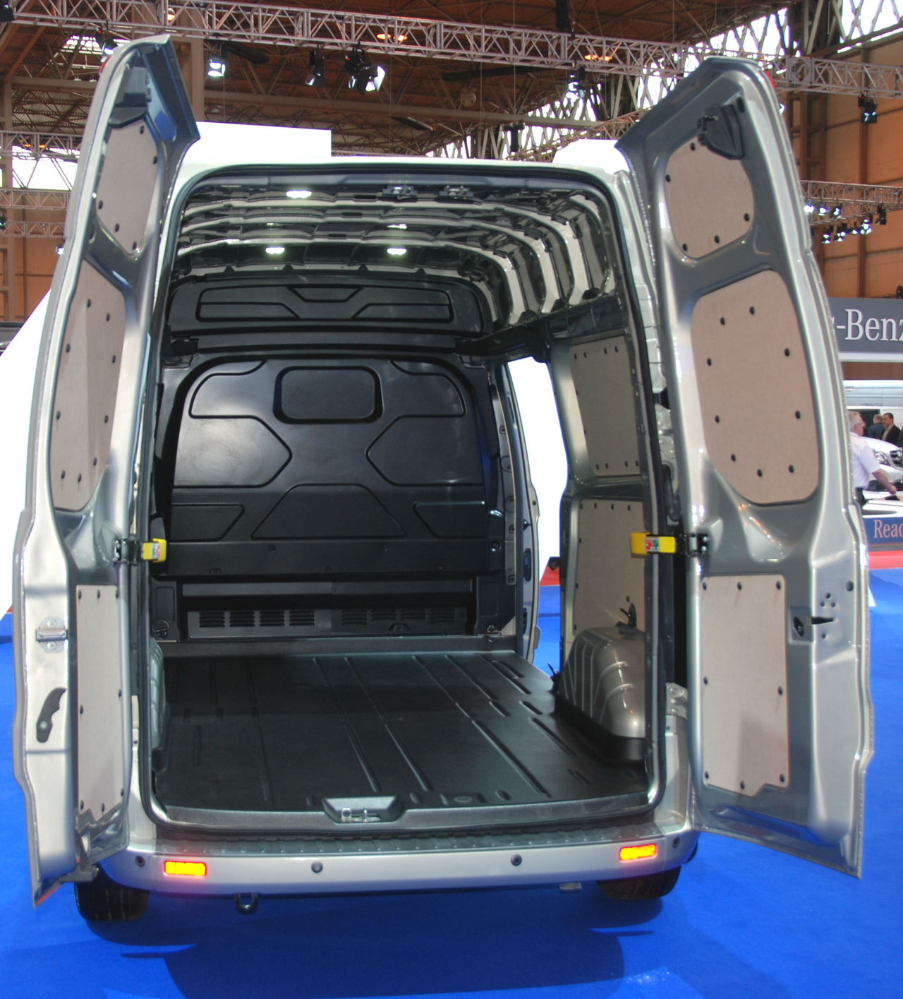 un toit haut pour le ford transit custom l 39 argus. Black Bedroom Furniture Sets. Home Design Ideas