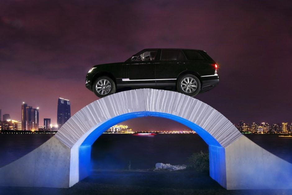 Vidéo : ce Range Rover traverse un pont de papier