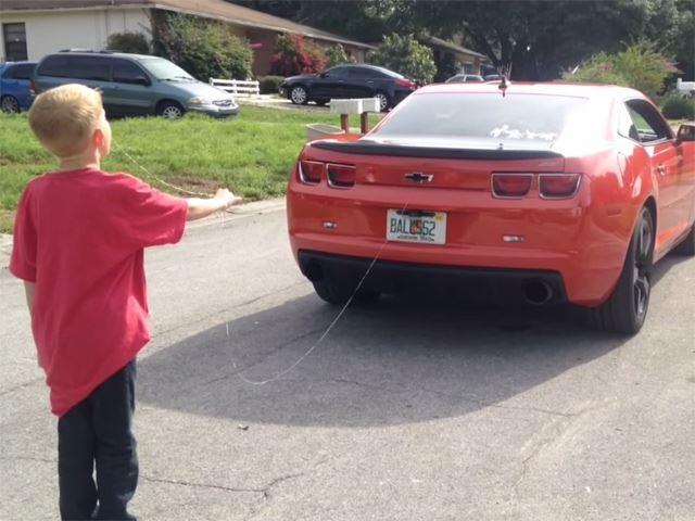 Il arrache la dent de son fils avec une Chevrolet Camaro