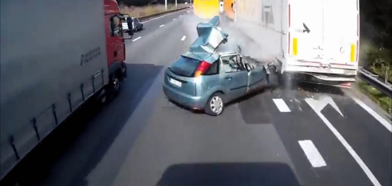 Vidéo : elle survit à un double accident contre des camions