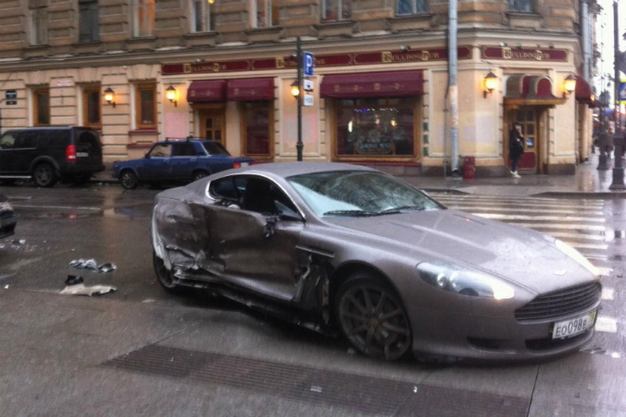 A 15 ans, il crashe son Aston Martin dans une rue de Saint-Pétersbourg