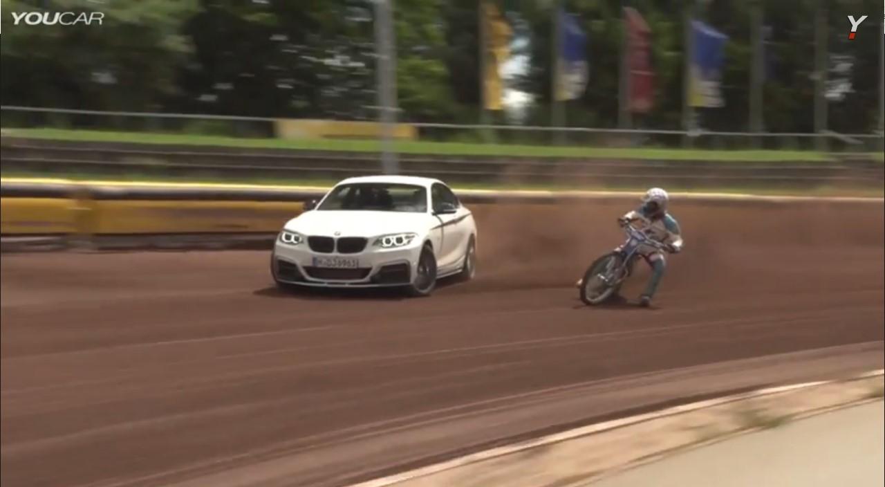 Vidéo : duel en drift pour une M235i et une moto de speedway