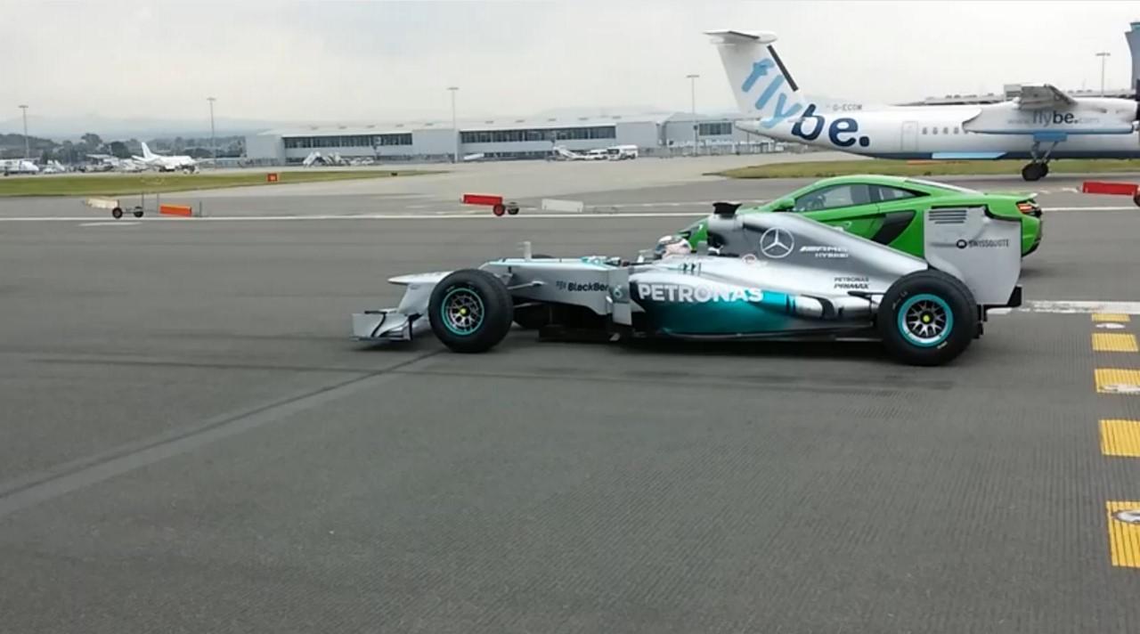 Vidéo : la Mercedes F1 W03 en duel avec la McLaren 650S