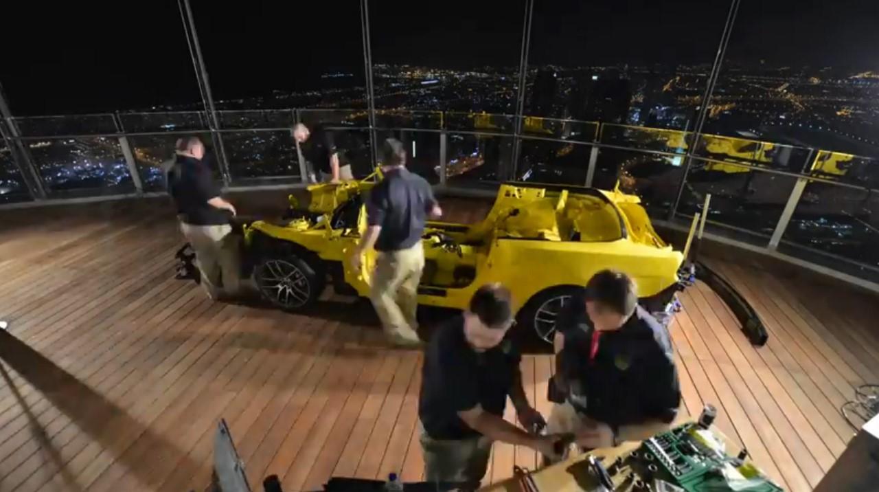 Ford reconstruit une Mustang en une nuit sur le toit d'un building