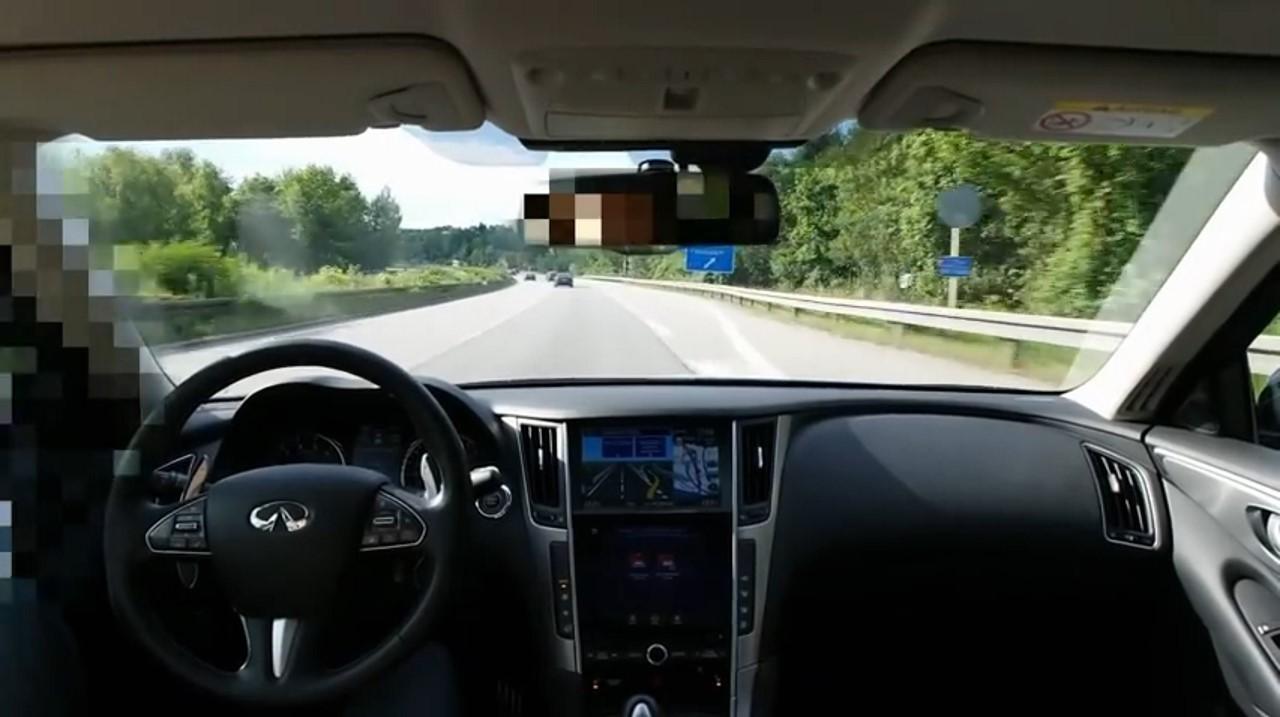 Insolite : une Infiniti Q50 en mode conduite autonome