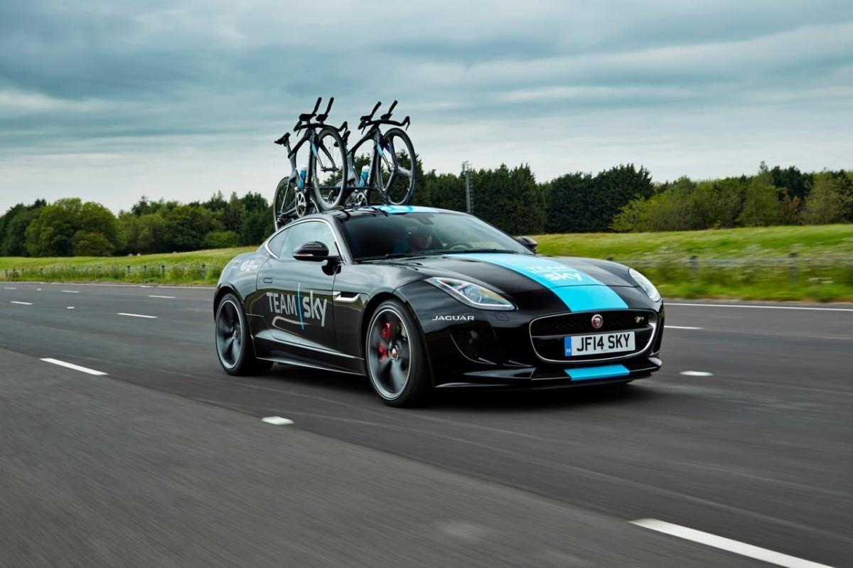 Une Jaguar Type F comme porte vélo sur le Tour de France