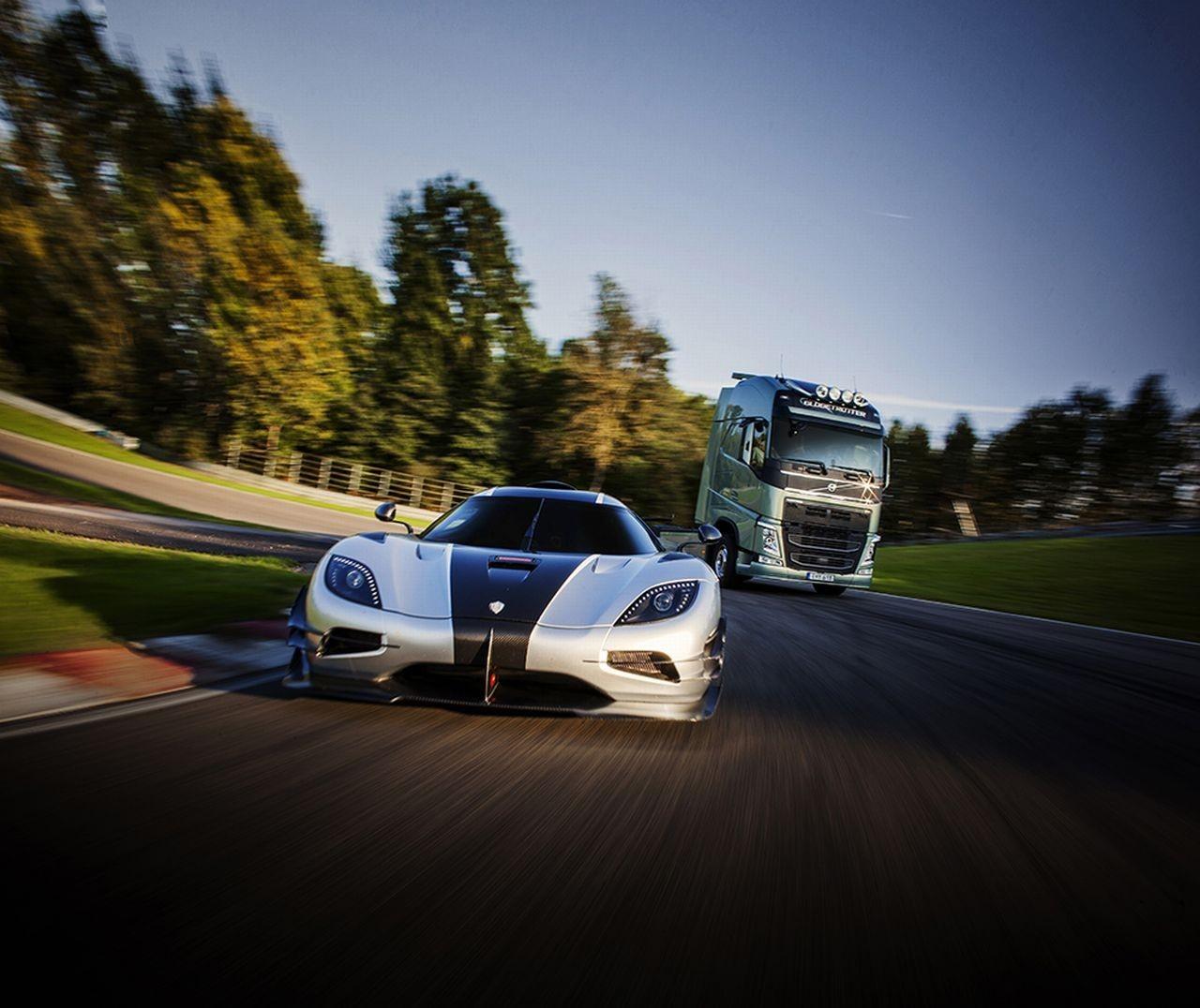 Volvo FH contre Koenigsegg One:1, le duel improbable