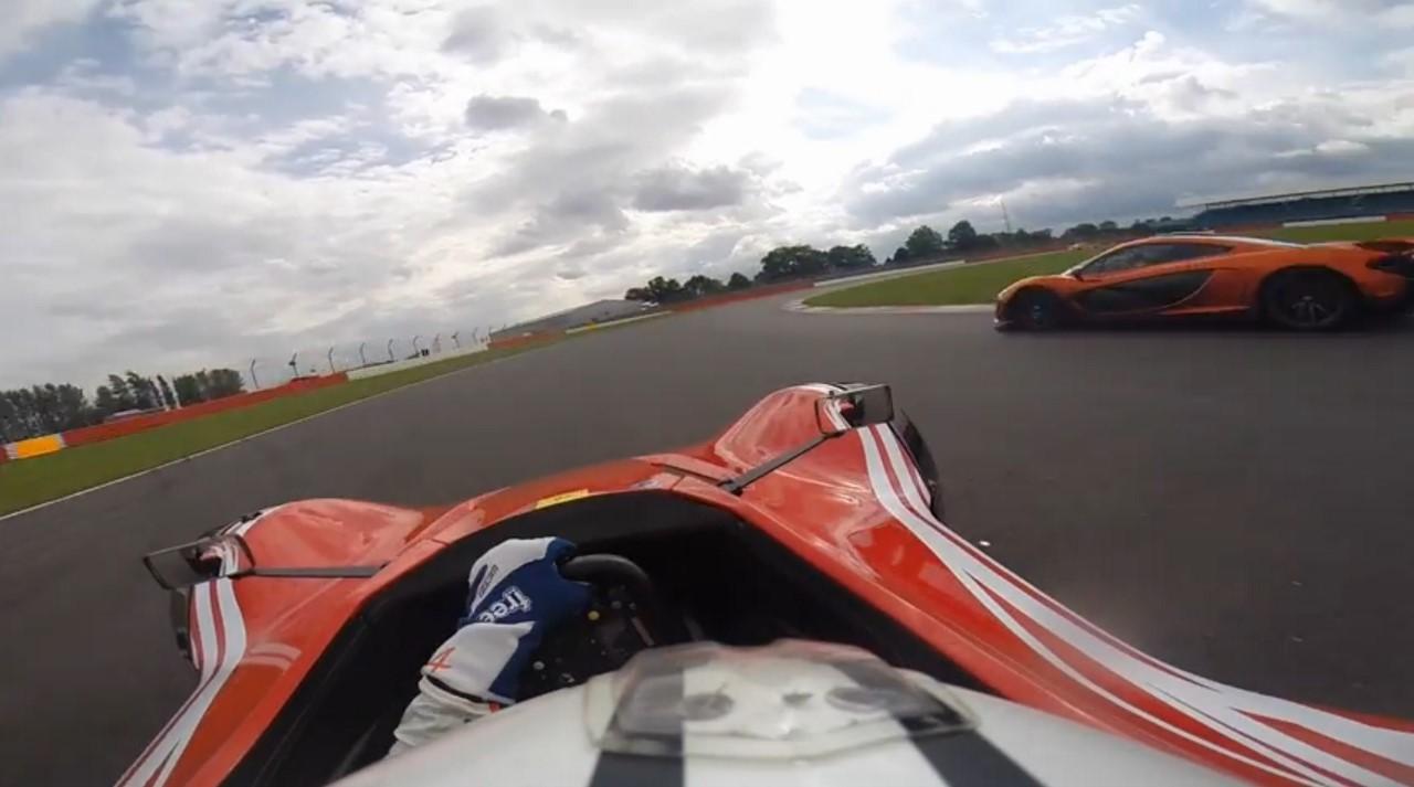 Vidéo : quand une McLaren P1 se fait croquer par une petite barquette