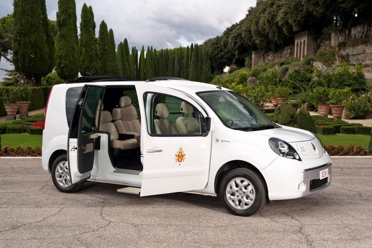 Le Pape aussi roule en Renault Kangoo !