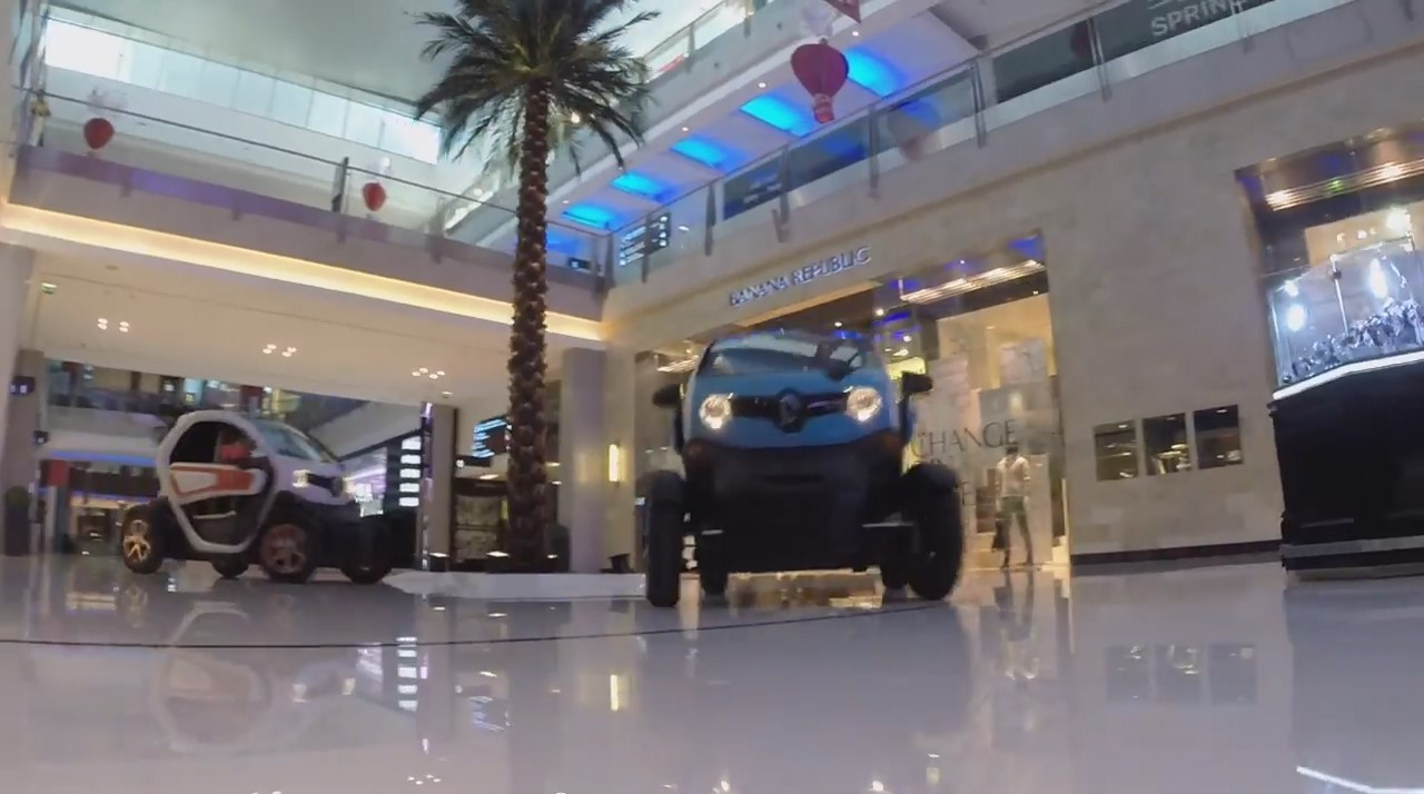 Vidéo : les pilotes Lotus se baladent en Twizy à Dubaï