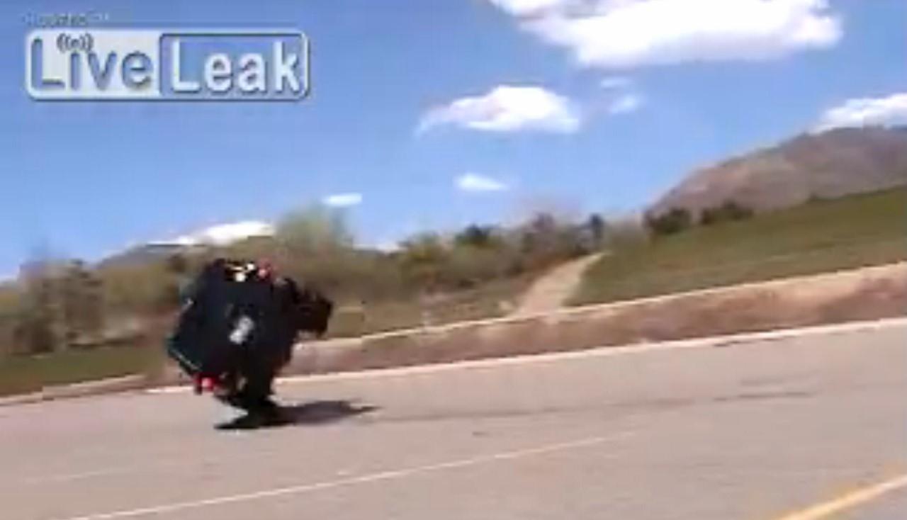 Vidéo : l'idiot du jour tente de drifter en Jeep Cherokee