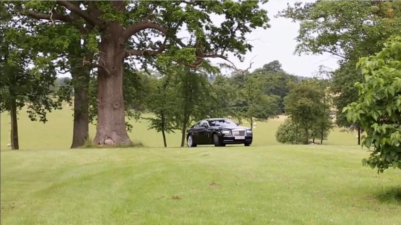 Insolite : du drift en Rolls-Royce Wraith dans un jardin anglais