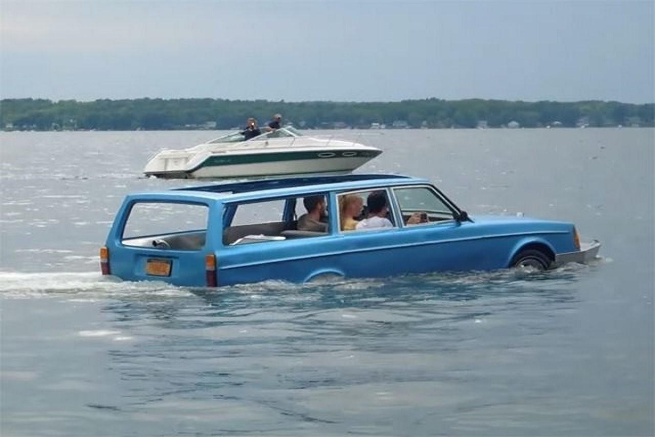 Insolite : une Volvo 240 transformée en voiture amphibie