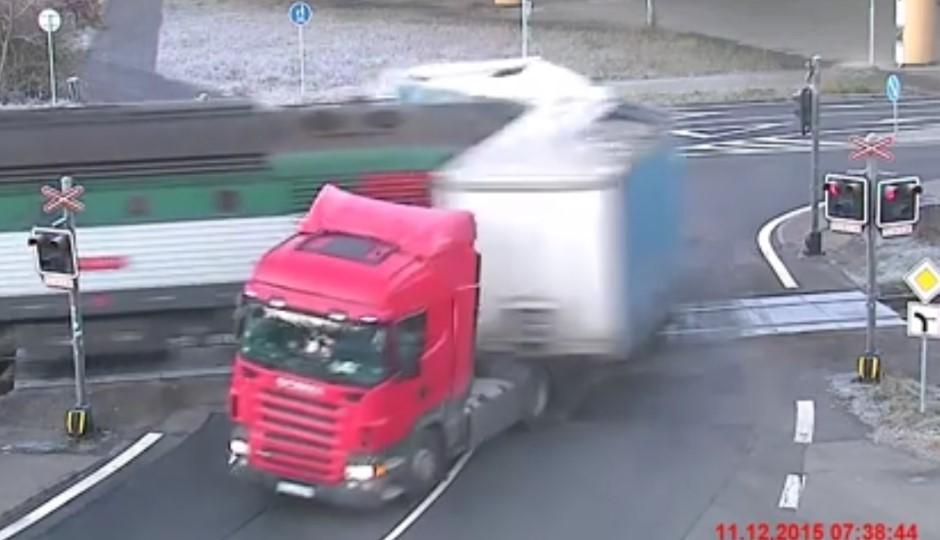 Vidéo : la remorque du camion happée par un train