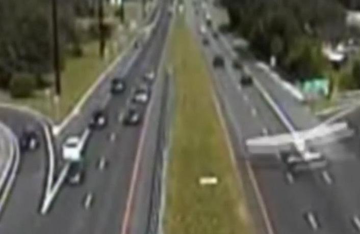 Vidéo : un avion atterrit miraculeusement sur l'autoroute