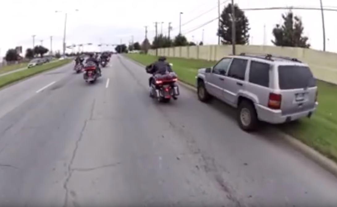 Vidéo : 22 bikers contre un Jeep Cherokee