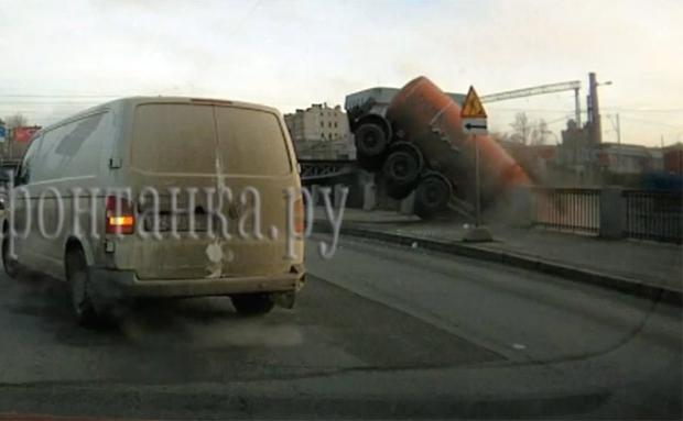 News Auto Vid O Le Camion Citerne Fou Termine L 39 Eau