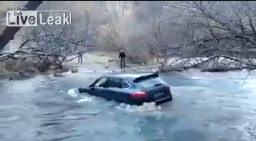Non, le Porsche Cayenne n'est pas fait pour traverser des rivières