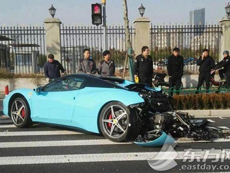 Shanghai : une Ferrari 458 Italia ruinée dans un crash