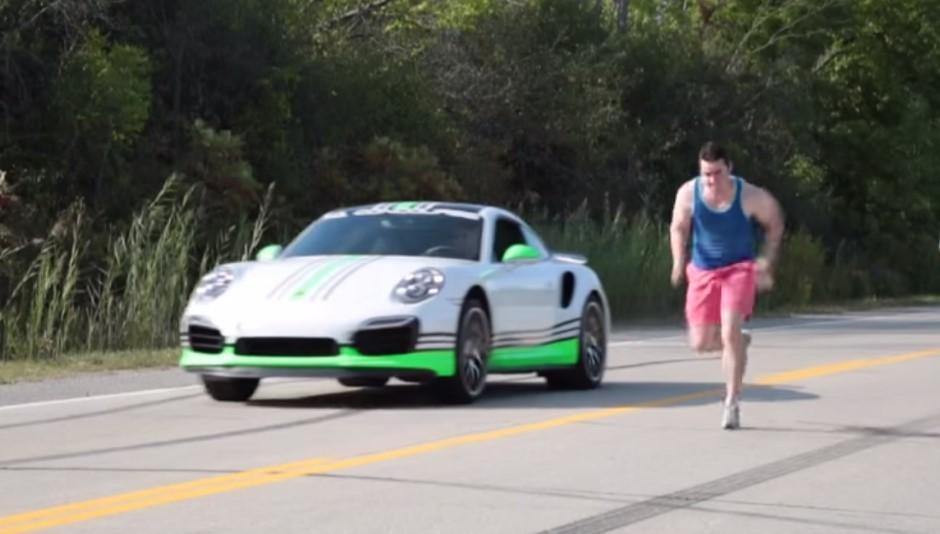 Insolite : un drag race entre une homme et une Porsche 911 Turbo S