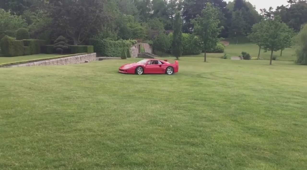 Insolite : à 18 ans, il drifte en Ferrari F40 et Enzo