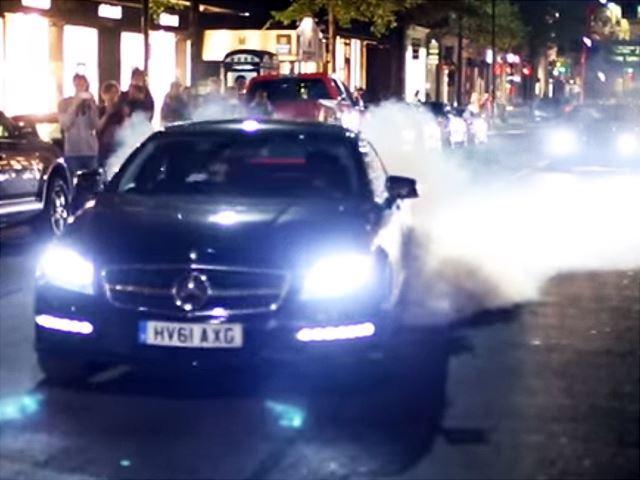 Il enfume les rues de Londres avec sa CLS63 AMG