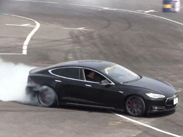 Tesla S : elle drifte !