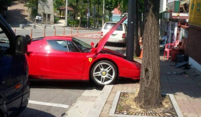 Il empale sa Ferrari Enzo