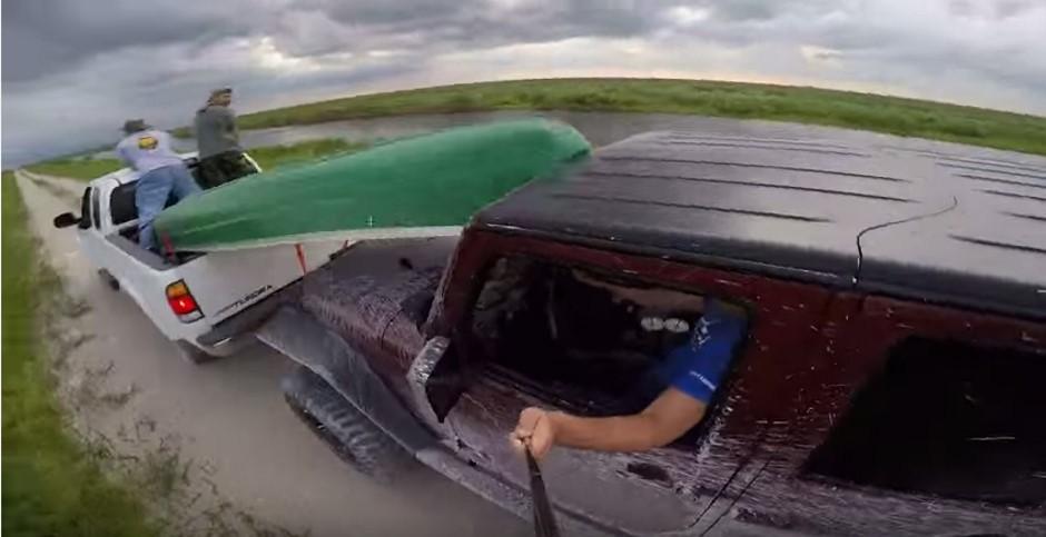 Le fail du jour : l'étourdi qui plante sa Jeep contre un canoë