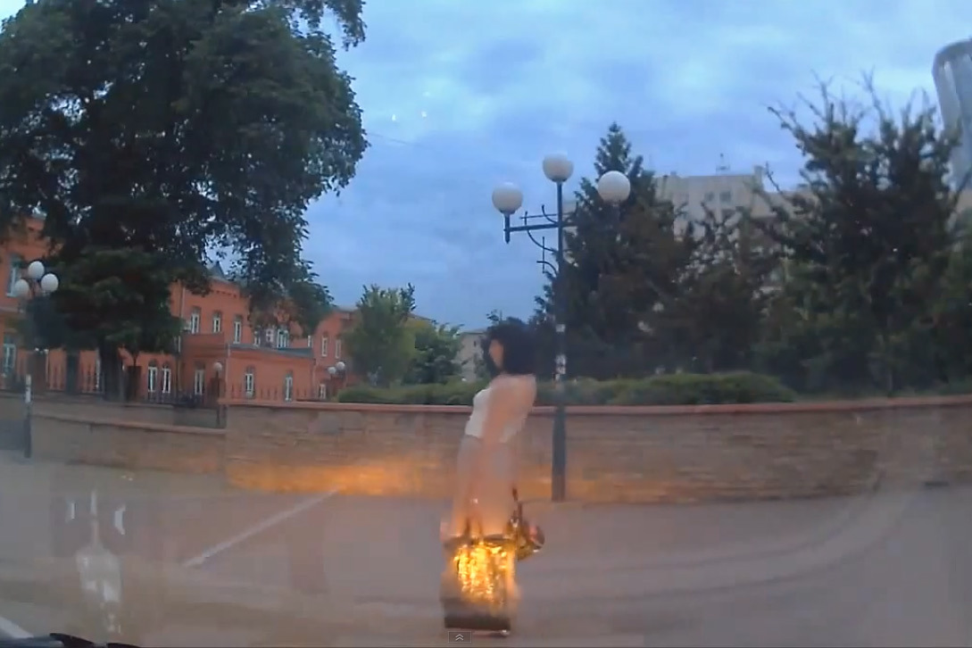 Ivre, elle se fait filmer par la caméra d'une voiture russe