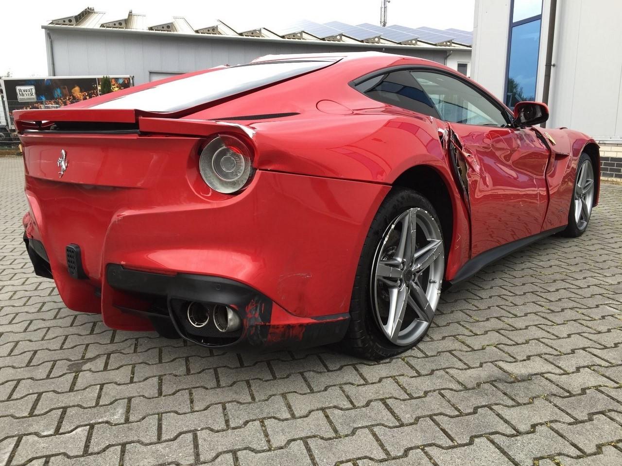 Une affaire : 77 000 euros la Ferrari F12berlinetta (toute cassée) !