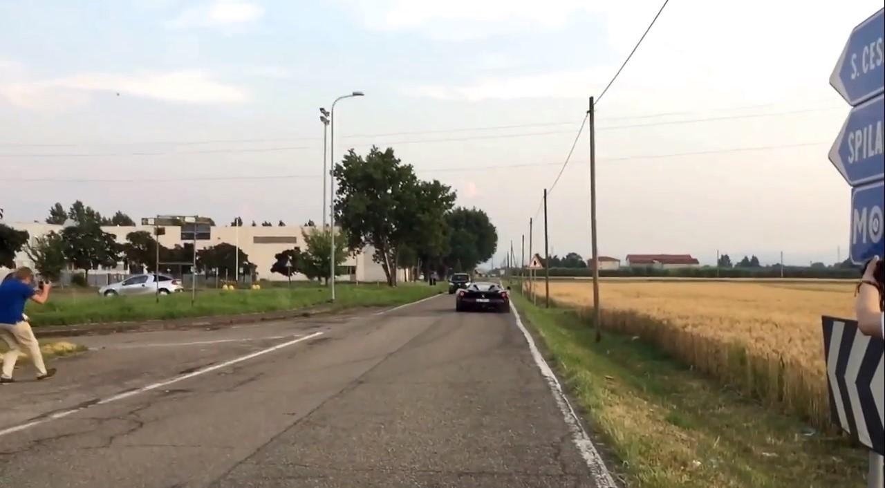 Vidéo : il maîtrise sa Ferrari LaFerrari de justesse