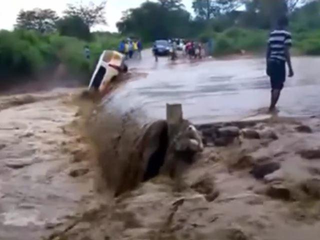 Vidéo : il se fait emporter par les flots en traversant un gué