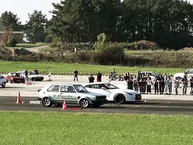 Une Golf 1 cloue sur place une Nissan GTR