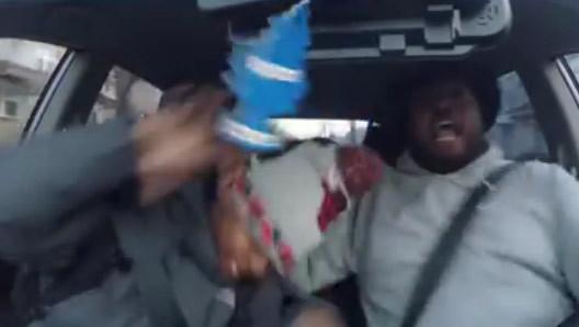 Le rap le rend dingue au volant !