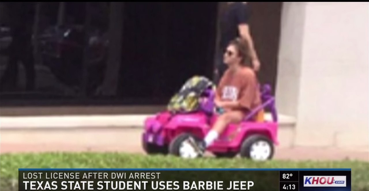 Vidéo : sans permis, elle utilise la Jeep de Barbie pour circuler