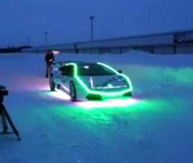 Pour Noël, il transforme sa Lamborghini en soucoupe volante
