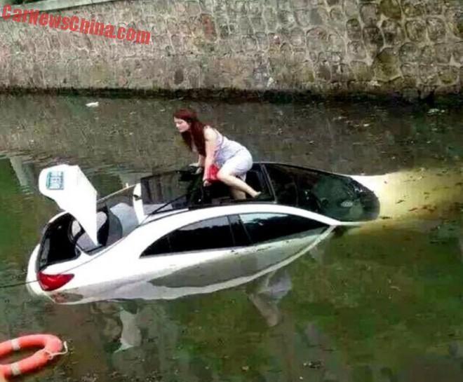 Insolite : elle échappe à la noyade en sortant par le toit ouvrant