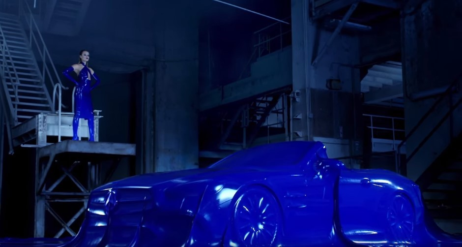 Vidéo : un bain de latex pour le Mercedes SL