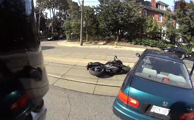 Vidéo : le motard miraculé