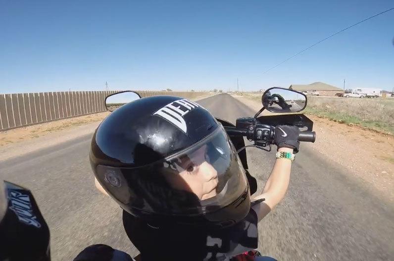 Il passe le guidon de sa moto à son fils de 6 ans