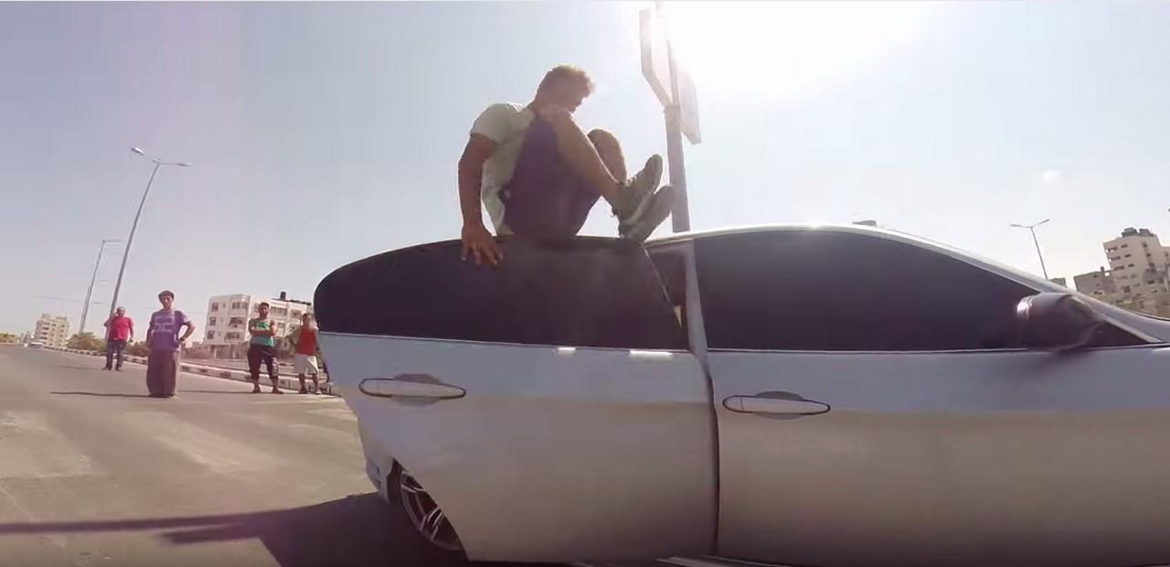 Vidéo : du parkour sur une BMW à Gaza